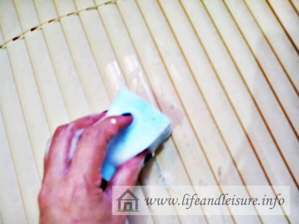 clean blinds with sponge